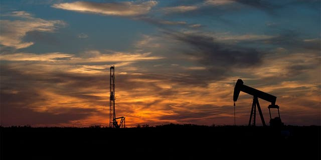Rigging equipment is pictured in a field outside of Sweetwater, Texas June 4, 2015.<br> REUTERS/Cooper Neill - TM3EB6701HE01