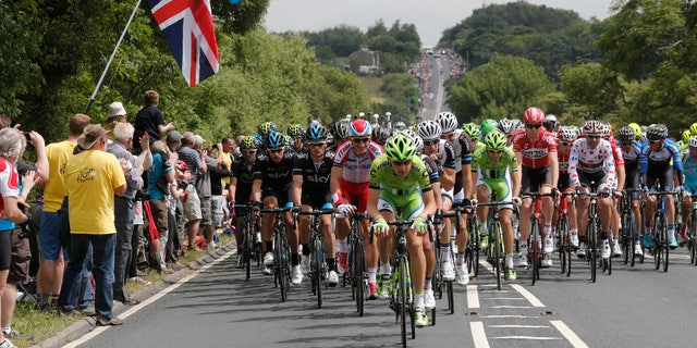 The pack of riders cycles on its way during the second 201 km stage of  the Tour de France cycling race from York to Sheffield, July 6, 2014.                REUTERS/Christian Hartmann (BRITAIN  - Tags: SPORT CYCLING)   - RTR3XCWI