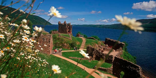 URQUHART CASTLE (HISTORIC SCOTLAND) BESIDE LOCH NESS, NEAR DRUMNADROCHIT, HIGHLANDS.