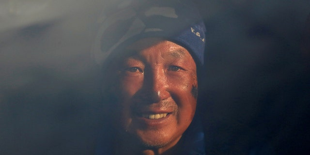 Boyu's feet were amputated due to frostbite he suffered after giving his sleeping bag to an ill climber in 1975.