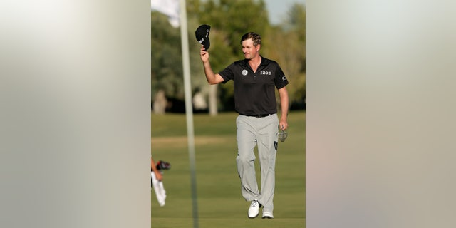 Webb Simpson tips his hat to the crowd as he approaches the pin on the 18th green in the final round of the Shriners Hospitals for Children Open golf tournament, Sunday, Oct. 20, 2013, in Las Vegas. Simpson won the tournament. (AP Photo/Julie Jacobson)