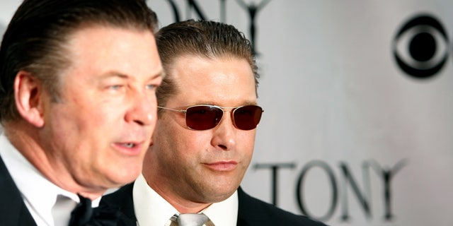 Actors Stephen (R) and Alec Baldwin pose at the 62nd Annual Tony Awards in New York June 15, 2008.     REUTERS/Lucas Jackson (UNITED STATES) - RTX6Z43