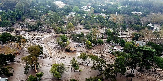 This aerial photo provided by the Santa Barbara County Fire Department shows mudflow and damage to homes in Montecito, 칼리프., 수요일, 1 월. 10, 2018