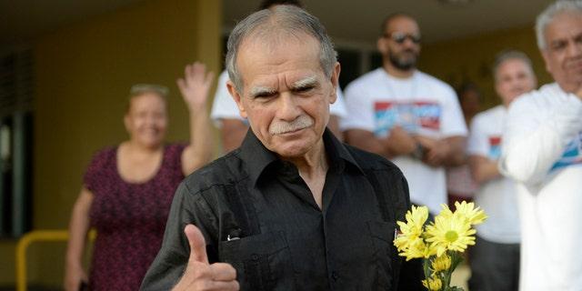 El nacionalista puertorriqueño Oscar López Rivera saluda tras salir en libertad después de estar confinado a  arresto domiciliario en San Juan el 17 de mayo del 2017. (AP Photo/Carlos Giusti)