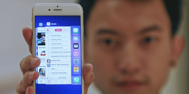 File photo: A sales assistant shows features of iOS 9 on an Apple iPhone 6 at an Apple reseller shop in Bangkok September 18, 2015.  (REUTERS/Chaiwat Subprasom)
