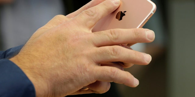 File photo - A Rose Gold iPhone 7 Plus with dual cameras is shown in Australia's flagship Apple store in Sydney, Sept. 16, 2016. (REUTERS/Jason Reed)