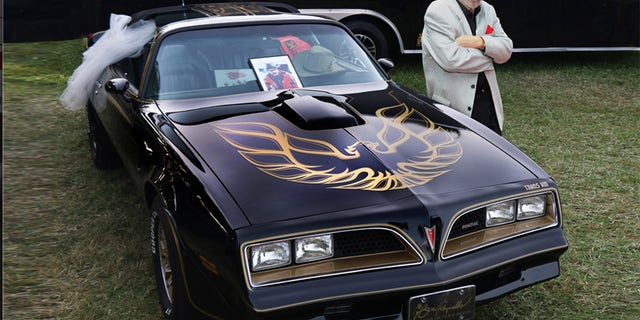 Burt Reynolds helped promote the auction of the promo car, which came with a batch of memorabilia.