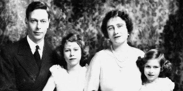 伊丽莎白女王, the Queen Mother of United Kingdom, with her husband King George VI, and their children Princess Elizabeth (later Elizabeth II) and her younger sister Princess Margaret.