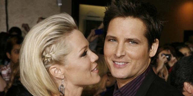 "Actor Peter Facinelli, star of the new film ""The Twilight Saga: New Moon"" poses with his wife, actress Jennie Garth, at the film's Los Angeles premiere  November 16, 2009. REUTERS/Fred Prouser    (UNITED STATES ENTERTAINMENT)"