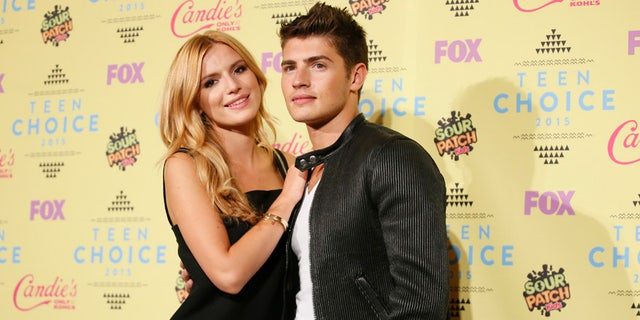 Actors Bella Thorne and Gregg Sulkin pose backstage at the 2015 Teen Choice Awards in Los Angeles, California, United States August 16, 2015.  REUTERS/Danny Moloshok - RTX1OFPD