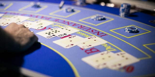 Dealers are fighting back against the Wynn's current tipping policy.