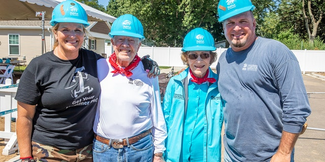 Trisha Yearwod, former President Jimmy Carter, former first lady Rosalynn Carter and Garth Brooks.