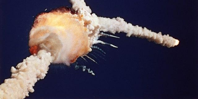 شاتل فضایی چلنجر اندکی پس از برخاستن از مرکز فضایی کندی در فلوریدا ، 28 ژانویه 1986 منفجر شد (آسوشیتدپرس)