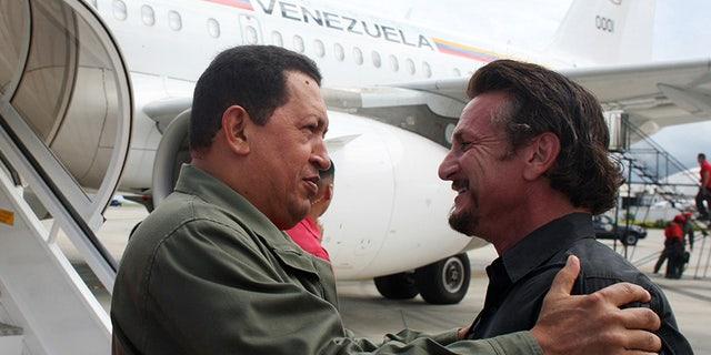 Venezuela's President Hugo Chavez (L) talks with U.S. actor and director Sean Penn in Cumana, 400 km (249 miles) east of Caracas October 19, 2008. Penn accompanied Chavez on a visit to a Venezuelan Petroleum (PDVSA) company gas plant. REUTERS/Miraflores Palace/Handout (VENEZUELA) - RTX9Q5P