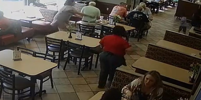 Before Harris stepped in, a fellow customer attempted to perform the Heimlich on the choking diner to no avail.