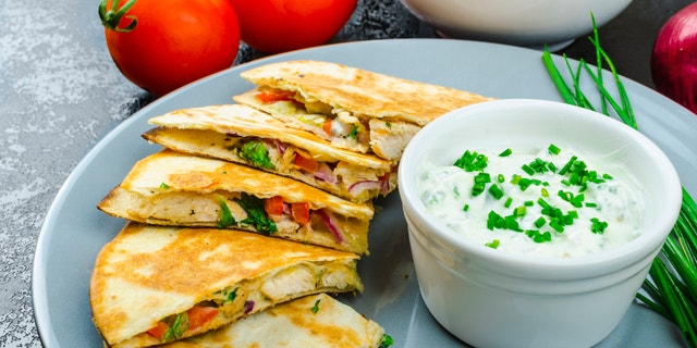 Chicken quesadilla with tomato, red onions, parsley and red pepper, fresh salad and creame sour-chive dip