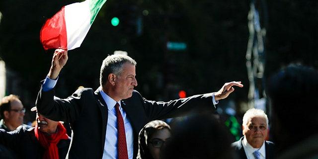 New York Mayor Bill de Blasio takes part in the 72nd Annual Columbus Day Parade in New York, U.S. October 10, 2016. REUTERS/Eduardo Munoz  - D1AEUGFHMYAC