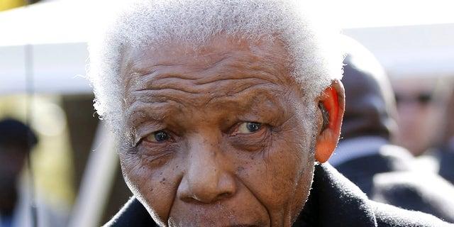 Foto del 17 de junio del 2010 del ex presidente sudafricano Nelson Mandela tras el funeral de su nieta Zenani Mandela en Johannesburgo. Mandela fue dado de alta el sábado, 6 de abril del 2013 tras sufrir una neumonía. (Foto AP/Siphiwe Sibeko)