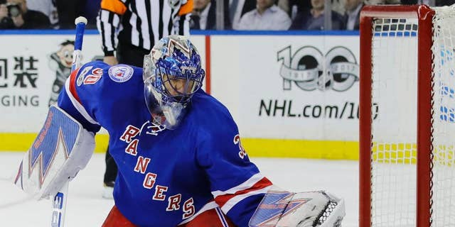 New York Rangers goalie Henrik Lundqvist, of Sweden, stops a shot on the goal during the first period of Game 4 of an NHL hockey Stanley Cup second-round playoff series against the Ottawa Senators Thursday, 可能 4, 2017, 在纽约. (AP Photo/Frank Franklin II)