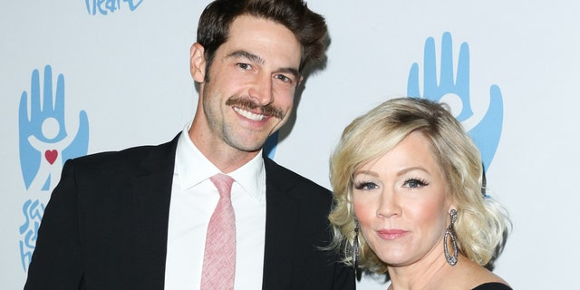 Jenny Garth and husband David Abrams split after three years of marriage.