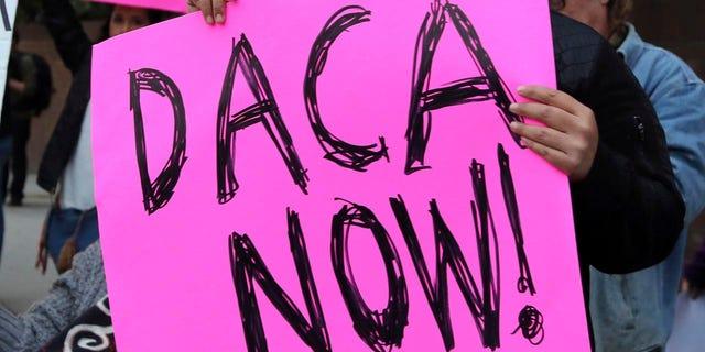 Diversos manifestantes exhortan al Partido Demócrata a que protega el programa Acción Diferida para los llegados en la Infancia (DACA por sus siglas en inglés) afuera de la oficina de la senadora demócrata por California, Dianne Feinstein, en Los Ángeles, el miércoles 3 de enero de 2018. Un juez en California bloqueó el martes 9 de enero de 2017 la decisión de Trump de cancelar el DACA que ha amparado de la deportación a unas 800.000 personas traídas ilegalmente de niños al país. (AP Photo/Reed Saxon)