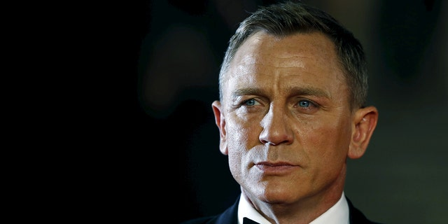 "Daniel Craig poses for photographers as he attends the world premiere of the new James Bond 007 film ""Spectre"" at the Royal Albert Hall in London, Britain, October 26, 2015. REUTERS/Luke MacGregor/Files - RTX2QO8T"