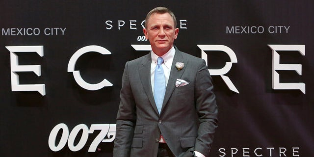 """Actor Daniel Craig poses for photographers on the red carpet at the Mexican premiere of the new James Bond 007 film """"Spectre"""" in Mexico City, November 2, 2015. (REUTERS/Ginnette Riquelme)"""