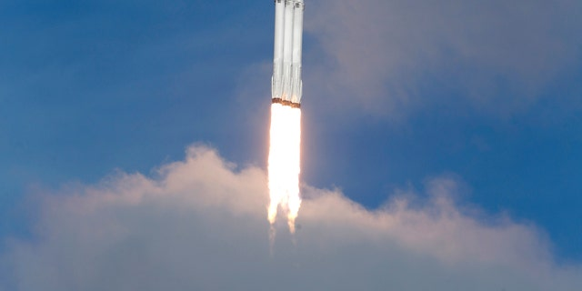 A SpaceX Falcon Heavy rocket lifts off from historic launch pad 39-A at the Kennedy Space Center in Cape Canaveral, Florida, U.S., February 6, 2018. (REUTERS/Joe Skipper)