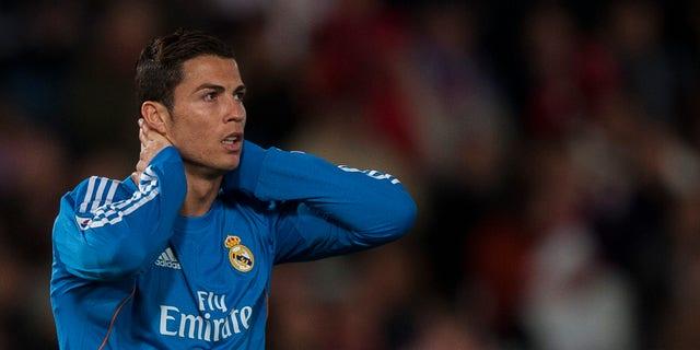 El jugador del Real Madrid, Cristiano Ronaldo, gesticula tras fallar una ocasión de gol en un partido contra el Almería el sábado, 23 de noviembre de 2013, en Almería, España. (AP Photo/Daniel Tejedor)