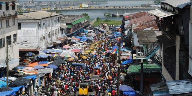Christmas shoppers flock to a market despite concerns over Ebola in Monrovia December 23, 2014. REUTERS/James Giahyue
