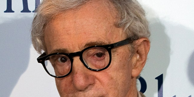 """U.S. director Woody Allen poses during the premiere of his film """"Blue Jasmine"""" in Paris August 27, 2013. REUTERS/Charles Platiau (FRANCE - Tags: ENTERTAINMENT) - RTX12Y8P"""