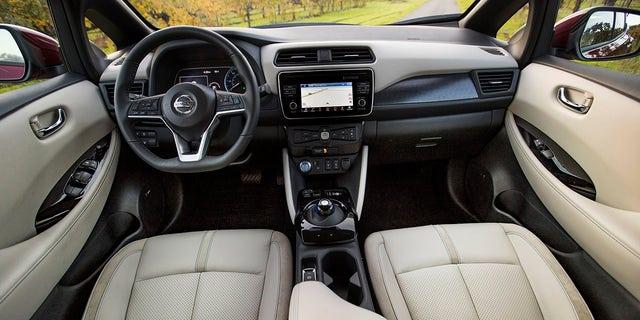 La toute-nouvelle Nissan LEAF 2018 établie de nouveaux standards dans le segment en pleine croissance des véhicules électriques en offrant aux clients une plus grande automonie, de nouvelles technologies dernier cri et un tout nouveau design.  Modèle américain illustré