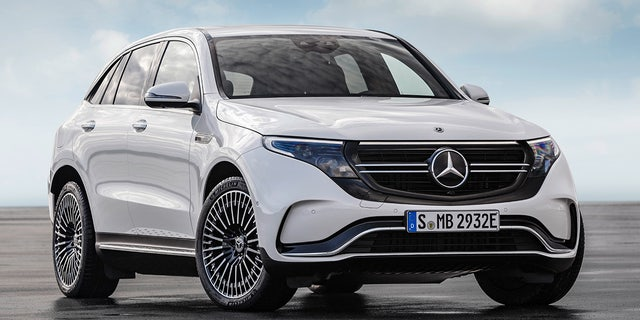 Mercedes-Benz EQC 400 4MATIC, (BR N293) / designo Diamantweiß bright / Exterior: AMG Line  / Interior: AMG Line / Der neue Mercedes-Benz EQC - der erste Mercedes-Benz der Produkt- und Technologiemarke EQ. Mit seinem nahtlosen klaren Design ist der EQC ein Vorreiter einer avantgardistischen Elektro-Ästhetik mit wegweisenden Designdetails und markentypischen Farbakzenten außen wie innen. / Der neue Mercedes-Benz ECQ (Stromverbrauch kombiniert: 22,2 kWh/100 km; CO2 Emissionen kombiniert: 0 g/km, Angaben vorläufig) // Mercedes-Benz EQC 400 4MATIC, (BR N293) / designo diamond white bright / Exterior: AMG Line  / Interior: AMG Line / The new Mercedes-Benz EQC - the first Mercedes-Benz under the product and technology brand EQ. With its seamless, clear design, the EQC is a pioneer for an avant-garde electric look with trailblazing design details and colour highlights typical of the brand both inside and out. / The new Mercedes-Benz EQC (combined power consumption: 22.2 kWh/100 km; combined CO2 emissions: 0 g/km, provisional figures)