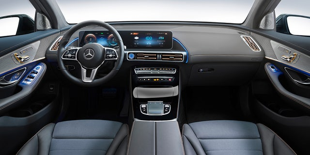 Mercedes-Benz EQC 400 4MATIC, (BR N293) / Hightechsilber / Interior: Electric Art / Der neue Mercedes-Benz EQC - der erste Mercedes-Benz der Produkt- und Technologiemarke EQ. Mit seinem nahtlosen klaren Design ist der EQC ein Vorreiter einer avantgardistischen Elektro-Ästhetik mit wegweisenden Designdetails und markentypischen Farbakzenten außen wie innen. / Der EQC erhält das wegweisende Multimediasystem MBUX - Mercedes-Benz User Experience, ergänzt um zahlreiche EQ spezifische Inhalte wie beispielsweise die Anzeige von Reichweite, Ladezustand und Energiefluss. EQ optimierte Navigation, Fahrprogramme, Ladestrom und Abfahrtszeit lassen sich ebenfalls über MBUX bedienen und einstellen. / Der neue Mercedes-Benz ECQ (Stromverbrauch kombiniert: 22,2 kWh/100 km; CO2 Emissionen kombiniert: 0 g/km, Angaben vorläufig) // Mercedes-Benz EQC 400 4MATIC, (BR N293) / hightech silver / Interior: Electric Art / The new Mercedes-Benz EQC - the first Mercedes-Benz under the product and technology brand EQ. With its seamless, clear design, the EQC is a pioneer for an avant-garde electric look with trailblazing design details and colour highlights typical of the brand both inside and out. / The EQC features the innovative multimedia system MBUX - Mercedes-Benz User Experience - which has numerous EQ-specific functions such as the display of range, charge status and energy flow. EQ-optimised navigation, driving modes, charging current and departure time can also be controlled and set via MBUX. / The new Mercedes-Benz EQC (combined power consumption: 22.2 kWh/100 km; combined CO2 emissions: 0 g/km, provisional figures)