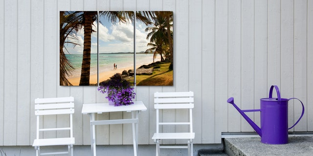 Relax on the porch - Arrangement of chairs, table and flowers - White and purple