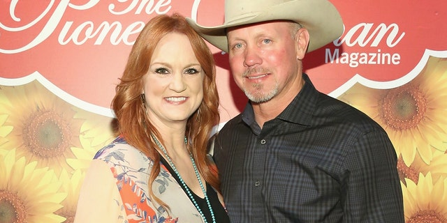 Ree Drummond and Ladd Drummond pose for a photo during The Pioneer Woman Magazine Celebration with Ree Drummond at The Mason Jar on June 6, 2017 뉴욕시.