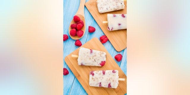 Frozen yogurt popsicles with oats and raspberries