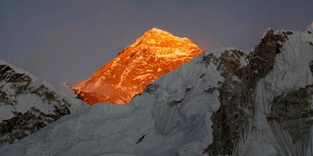 Fotografía de archivo del 12 de noviembre de 2015 del Monte Everest visto desde Kalapatthar, Nepal. (AP Foto/Tashi Sherpa, Archivo)
