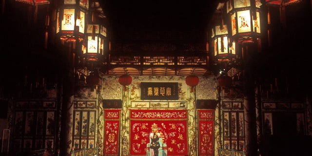 AY7J2G Beijing Opera in traditional Qing dynasty Huguang guild hall theatre. Image shot 2001. Exact date unknown.