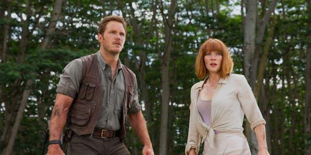 Chris Pratt (L) and Bryce Dallas Howard (R) in 'Jurassic World.'