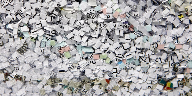 Shredded documents are seen in an office shredder in Kiev March 28, 2012.  REUTERS/Gleb Garanich (UKRAINE  - Tags: SOCIETY) - RTR300TU