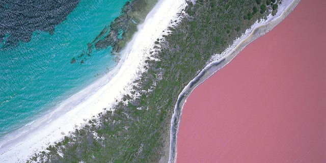 B0P71B Lake Hillier, Recherche Archipelago, Western Australia
