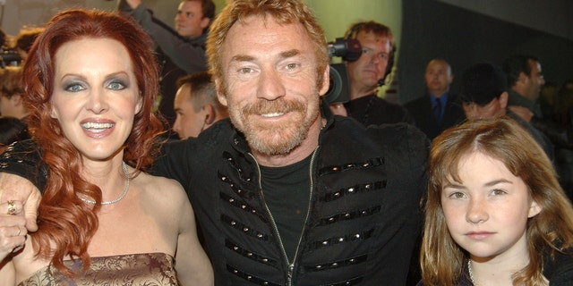 """Danny Bonaduce with ex-wife Gretchen and daughter Isabella attend the VH1 """"Big in '05"""" red carpet in 2005."""