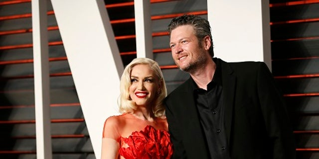 Musicians Gwen Stefani and Blake Shelton arrive at the Vanity Fair Oscar Party in Beverly Hills, California February 28, 2016.  REUTERS/Danny Moloshok - TB3EC2T0I5D76