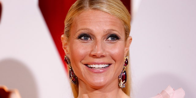 Actress Gwyneth Paltrow, wearing a custom Ralph & Russo pink one sleeve gown with a giant flower on the shoulder, arrives at the 87th Academy Awards in Hollywood, California February 22, 2015.    REUTERS/Lucas Jackson (UNITED STATES TAGS:ENTERTAINMENT) (OSCARS-ARRIVALS) - RTR4QP70