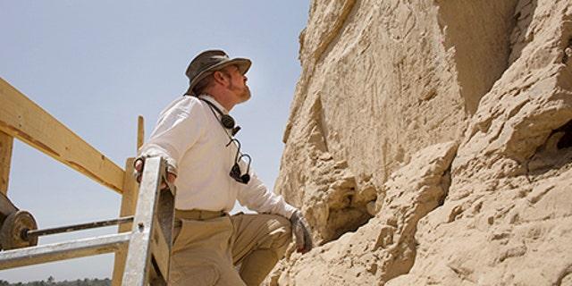Yale Egyptologist John Darnell examines the hieroglyphs (Alberto Urcia, Elkab Desert Survey Project).