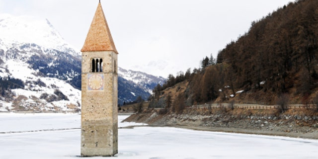 1948 to 1959 the Lake Reschensee had been flooded and from the village Old-Graun you can only see the bell tower (San Petro).