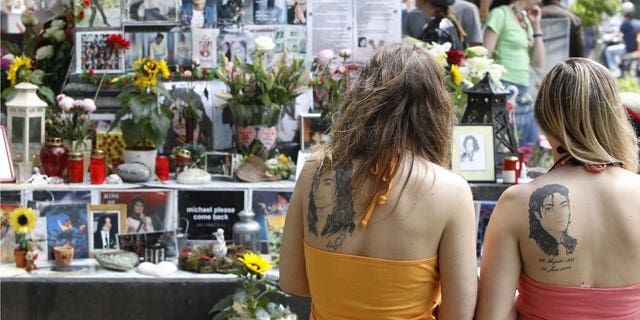 Fans observe a moment of silence at a memorial for the late Michael Jackson in Munich June 25, 2010. (REUTERS)
