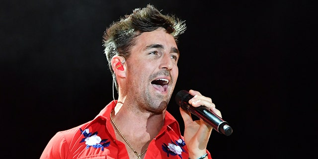 LAS VEGAS, NV - OCTOBER 01:  Recording artist Jake Owen performs during the Route 91 Harvest country music festival at the Las Vegas Village on October 1, 2017 in Las Vegas, Nevada.  (Photo by Mindy Small/FilmMagic)