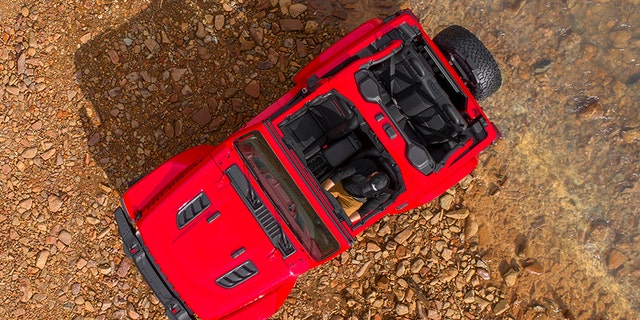 A roll cage mounted Sound Bar audio system can be seen on the Rubicon.